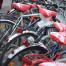 Mit Flyern und Satteln bestückte Fahrräder
